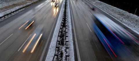 Blick auf Autobahn im Winter