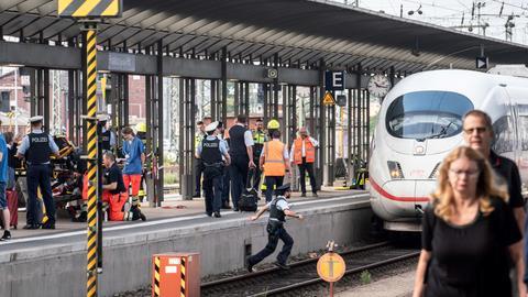 Ein ICE steht am Gleis 7 des Frankfurter Hauptbahnhofs, nachdem er bei der Einfahrt ein Kind überrollte, das vor den Zug geschubst wurde.