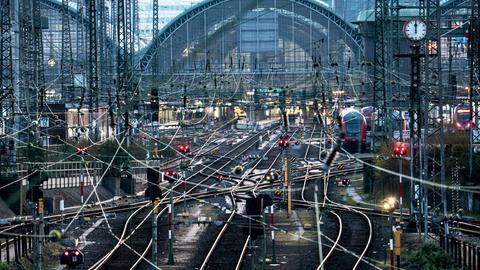 Wenig los ist am Morgen auf den Gleisen des Frankfurter Hauptbahnhofs.