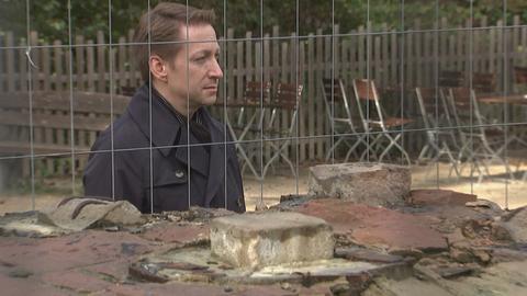 Orstvorsteher Christian Becker vor der Ruine des Goetheturms