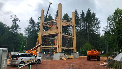 Die ersten Holzteile sind montiert.