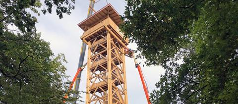 Der neue Goetheturm wurde am Dienstag aufgestellt.