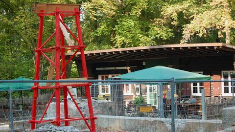 Ein rotes Holzmodell vom Goetheturm steht an dessen Stelle im Frankfurter Stadtwald.