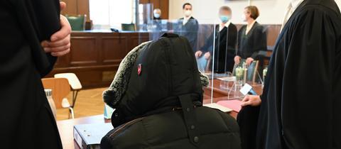 Die beiden Angeklagten im Prozess um mutmaßlichen Betrug in dreistelliger Millionenhöhe mit ihren Verteidigern im Darmstädter Landgericht.