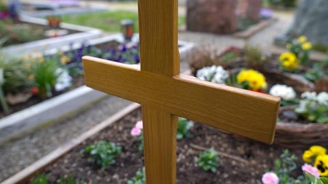 Grab mit Holzkreuz