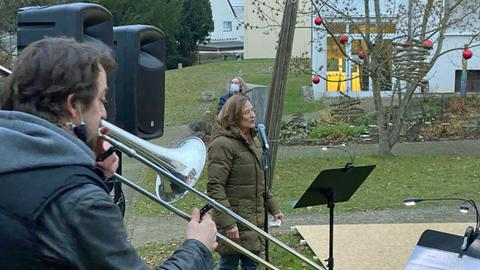 Singende Frau am Mikrofon