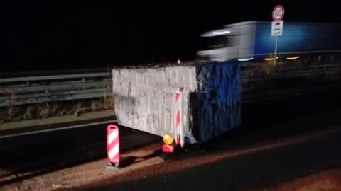 Granitblock auf Autobahn 45