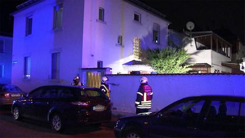 Die Feuerwehr musste dieses Wohnhaus in Flörsheim evakuieren