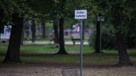 """Ein Schild """"Grillen Verboten"""" im Heinrich-Kraft-Park in Frankfurt"""