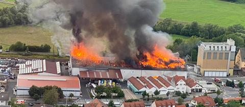 Halle in Vollbrand