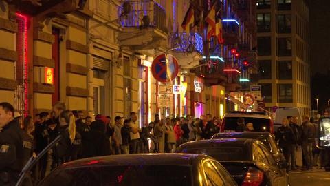 Menschen stehen vor den Bordellen auf der Straße