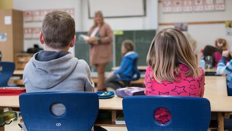 Schüler einer Grundschule sitzen im Unterricht