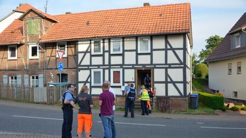 Einsatzkräfte vor dem Wohnhaus in Gudensberg