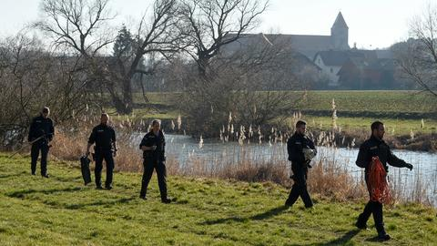 Polizisten bei der Suche am Ufer der Fulda in Guxhagen.