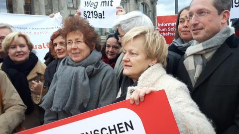 Ärztin Kristina Hänel (mit Brille) mit der Grünen-Bundestagsabgeordneten Renate Künast (re.) in Berlin.