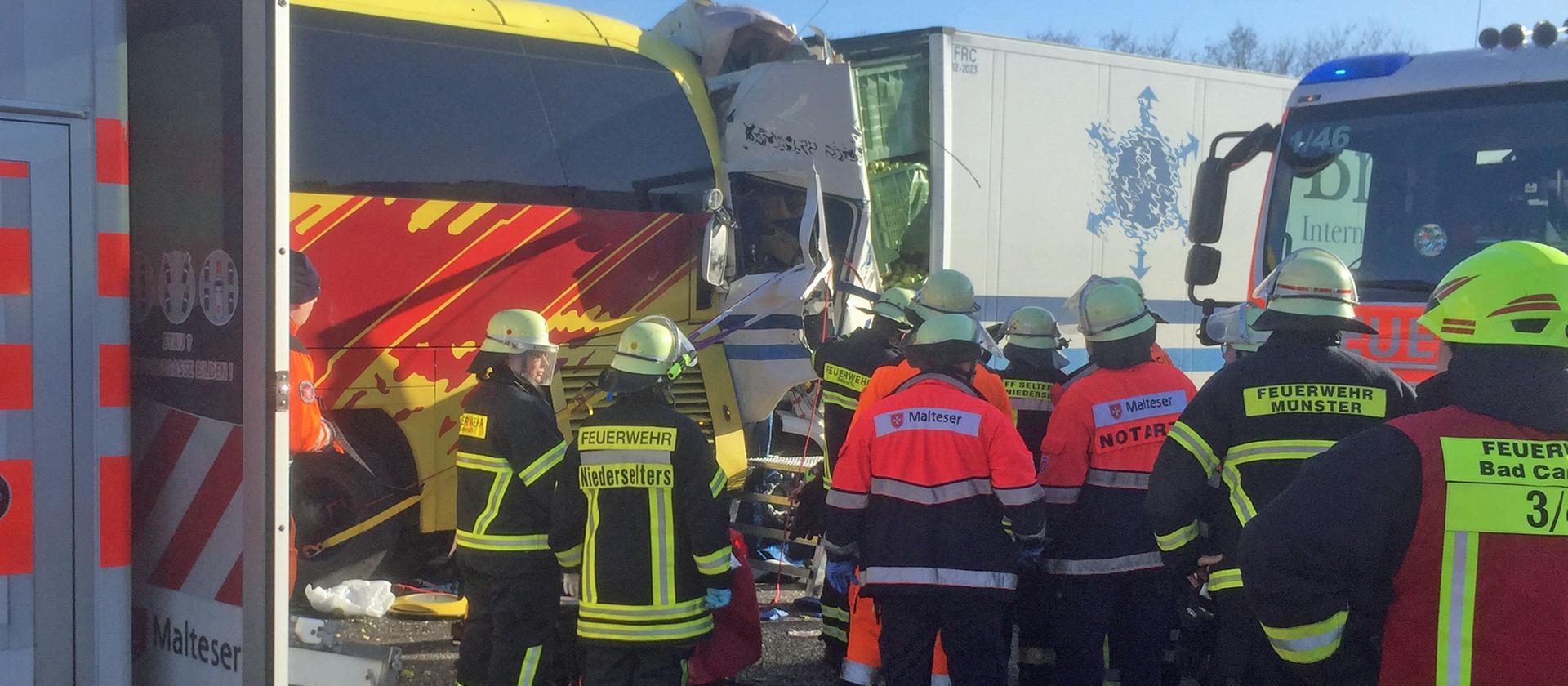 Einsatzkräfte der Feuerwehr am Unfallort auf der A3 Bild © Klaus-Dieter Häring