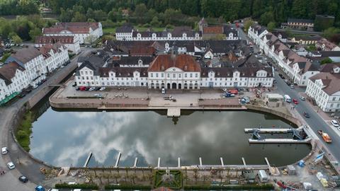 Luftbild des historischen Hafens in Bad Karlshafen