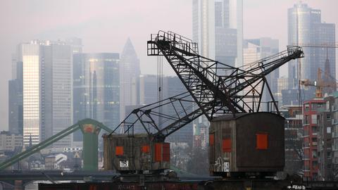 Historische Hafenkräne an der Weseler Werft in Frankfurt