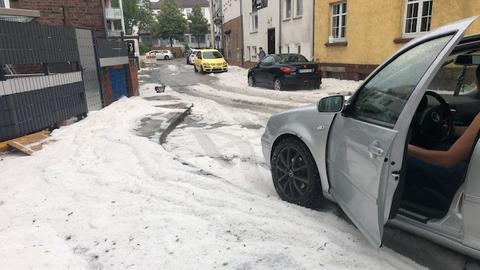 Eine Straße in Gudensberg (Schwalm-Eder) voller Hagelkörner nach dem Unwetter am 12.07.2019