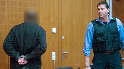 Halil D. (l.) vor dem Frankfurter Landgericht