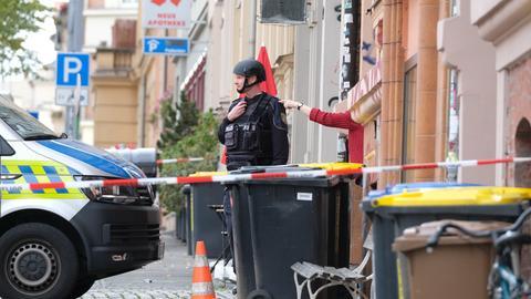Polizisten sichern die Umgebung nach den Schüssen in Halle (Sachsen-Anhalt).