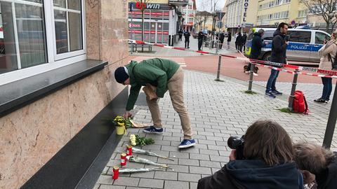 Blumen und Kerzen für die Opfer der Gewalttat in Hanau.