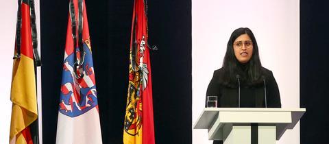 Saida Hashemi, Schwester eines der Opfer, sprach im Congress Park in Hanau bei der offiziellen Trauerfeier.