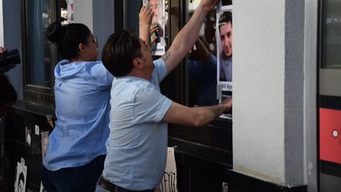 Niculescu Păun hängt in Hanau-Kesselstadt Gedenkplakate an seinen beim Anschlag vom 19. Februar erschossenen Sohn Vili-Viorel Păun auf