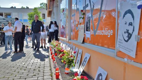 Bei einer Gedenkfeier nach dem rassistischen Anschlag in Hanau trauern Menschen an der Bar in Hanau-Kesselstadt um die Opfer.