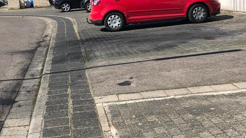 Leerer Parkplatz mit Rückständen nach Brand auf dem Teer
