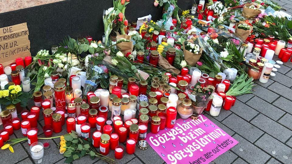 Niedergelegte Blumen vor einem der beiden Tatorte in Hanau
