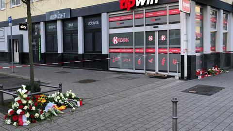 Niedergelegte Blumen und Kerzen vor einem der beiden Tatorte in Hanau