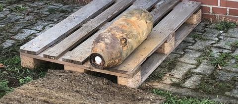 Erfolgreich entschärft: Die Feuerwehr präsentierte am Dienstag die 50-Kilo-Bombe.