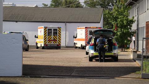 Polizei- und Rettungskräfte auf dem Firmengelände in Hanau, auf dem ein Kleinkind überfahren und schwerstverletzt wurde.