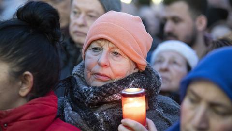 Rund 5.000 Menschen sind zur Mahnwache in Hanau gekommen.