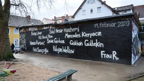 Die Namen der Opfer stehen auf einer Mauer eines linksautonomen Zentrums in Hanau.