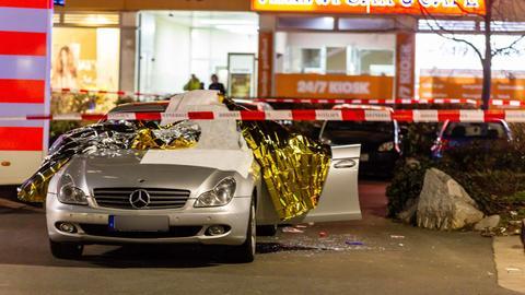 Ein mit Thermofolie abgedecktes Auto am Tatort im Hanauer Stadtteil Kesselstadt