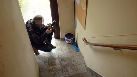 Ein Ermittler im Flur des Mehrfamilienhauses in Hanau.