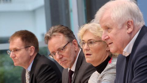 Generalbundesanwalt Frank, BKA-Chef Münch, Bundesjustizministerin Lambrecht (SPD) und Bundesinnenminister Seehofer (CSU) (v.l.) äußern sich vor der Bundespressekonferenz in Berlin zu Hanau.