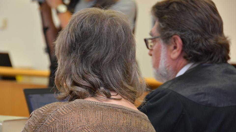 Rückenansicht der 73-Jährigen Angeklagten an der Seite ihres Anwalts.