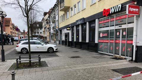 So sieht es aktuell vor einem der Tatorte in Hanau aus