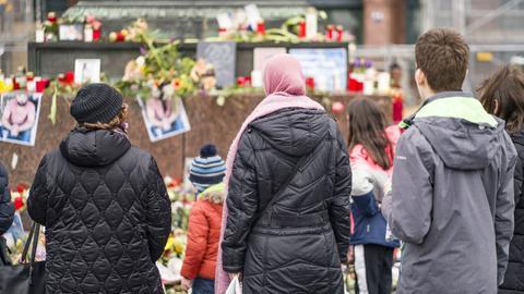 Menschen trauern in Hanau