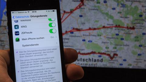 Ein Handy auf dem die Ortungsdienste eingeschaltet sind.