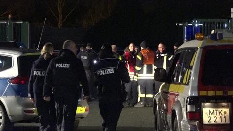 Polizisten und Rettungskräfte am Tatort in Hattersheim.