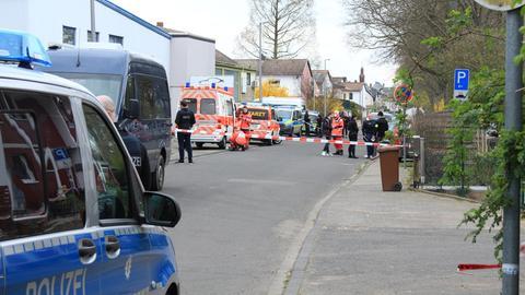 In Hattersheim bei Frankfurt hat die Polizei mehrere tote Männer in einem Haus entdeckt.
