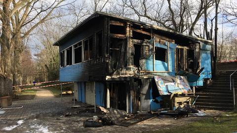 """Nur noch eine Brandruine: Das """"Blaue Haus"""" in Frankfurt"""