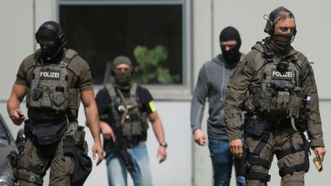 Beamte eines Spezialeinsatzkommandos der Polizei Frankfurt sichern das Amtsgericht in Frankfurt