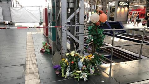Blumen am Gleis im Hauptbahnhof