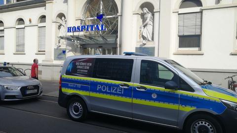 Polizeiwagen vor dem Heiliggeist-Krankenhaus in Frankfurt