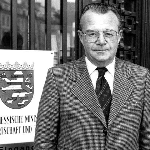 Der damalige hessische Wirtschaftsminister Heinz Herbert Karry vor dem Hessischen Ministerium für Wirtschaft und Technik